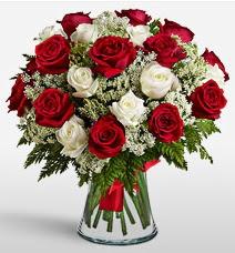 Vazoda 12 kırmızı 12 beyaz gül tanzimi  Konya çiçekçi mağazası