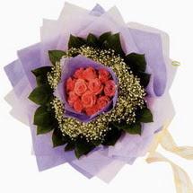 12 adet gül ve elyaflardan   Konya İnternetten çiçek siparişi