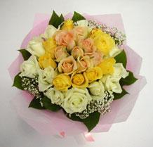 sari ve beyaz gül karisimda   Konya yurtiçi ve yurtdışı çiçek siparişi