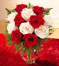 Konya çiçekçi mağazası  5 adet kirmizi 5 adet beyaz gül cam vazoda