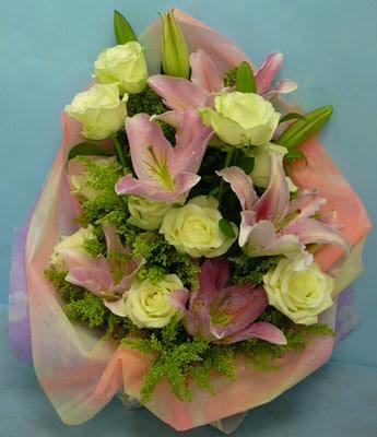 11 adet gül ve 2 adet kazablanka buketi  Konya çiçek yolla