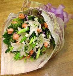 Konya çiçek yolla  11 ADET GÜL VE 1 ADET KAZABLANKA