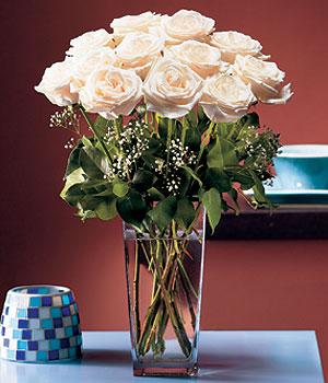Konya çiçekçiler  Cam yada mika vazo içerisinde 12 gül