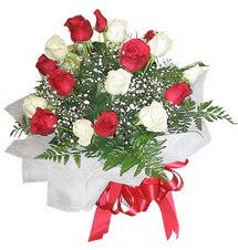 Konya yurtiçi ve yurtdışı çiçek siparişi  12 adet kirmizi ve beyaz güller buket