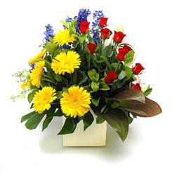 Konya çiçek , çiçekçi , çiçekçilik  9 adet gül ve kir çiçekleri cam yada mika vazoda