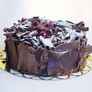 pasta yolla 4 ile 6 kisilik visneli çikolatali yas pasta  Konya çiçek gönderme sitemiz güvenlidir