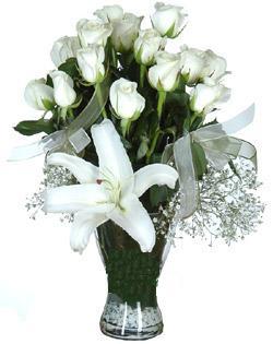 cam içerisinde 11 beyaz gül ve 1 kazablanka  Konya çiçek gönderme sitemiz güvenlidir
