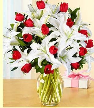 Konya çiçek gönderme sitemiz güvenlidir  3 kazablanka 10 kırmızı gül vazosu