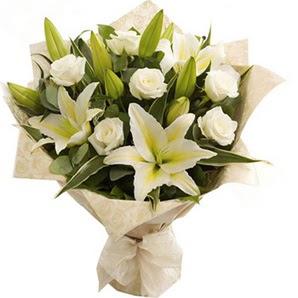 Konya internetten çiçek satışı  3 dal kazablanka ve 7 adet beyaz gül buketi