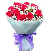 12 adet kırmızı gül ve beyaz kır çiçekleri  Konya İnternetten çiçek siparişi