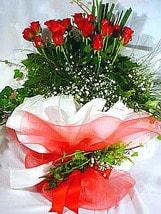 Konya güvenli kaliteli hızlı çiçek  11 adet kirmizi gül beyaz krepte