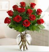 Vazo içerisinde 12 kırmızı gül  Konya güvenli kaliteli hızlı çiçek