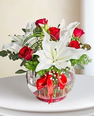 Fanus Vazoda 2 Lilyum ve 5 Gül Dansı  Konya çiçek mağazası , çiçekçi adresleri