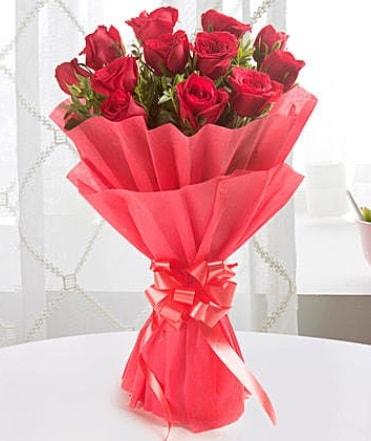 12 adet kırmızı gülden modern buket  Konya çiçek servisi , çiçekçi adresleri