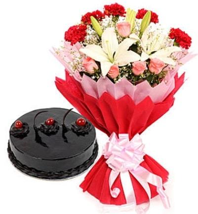 Karışık mevsim buketi ve 4 kişilik yaş pasta  Konya İnternetten çiçek siparişi